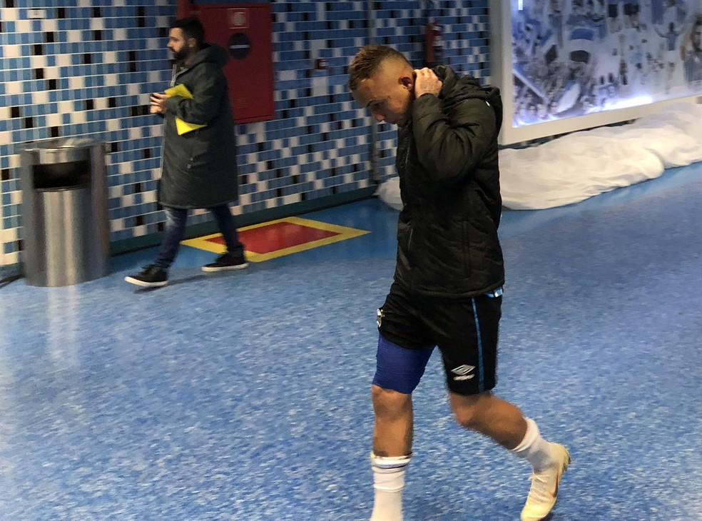 Everton saiu da partida com proteção na coxa direita (Foto: Eduardo Moura)