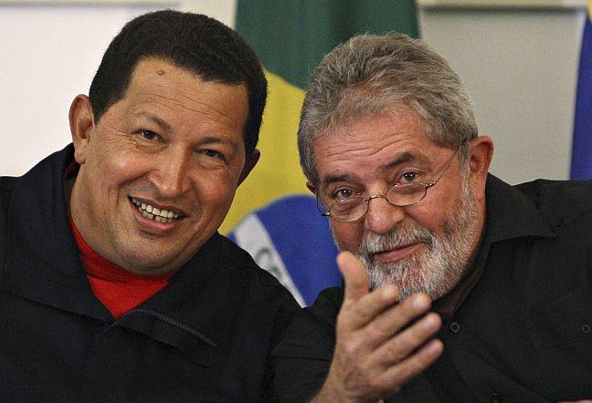 Os ex-presidentes Lula e Hugo, na época em que ainda insistiam na sociedade entre Petrobras e PDVSA para construir a refinaria de Abreu e Lima.A estatal venezuelana nunca colocou um centavo na obra (Foto: Reuters)
