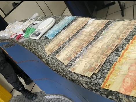 Suspeito de chefiar o tráfico em Porto Real é preso com quase 1,5 mil pedras de crack e R$ 2,5 mil