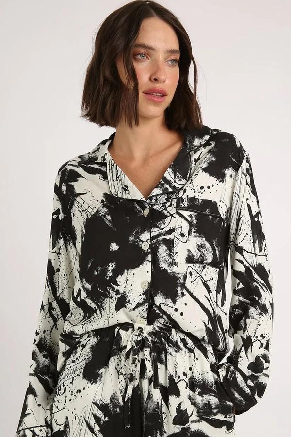 A estampa artística é em preto e branco atualiza o corte clássico do pijama da Anotheroom (R$ 380 no Gallerist) (Foto: Reprodução/Gallerist)