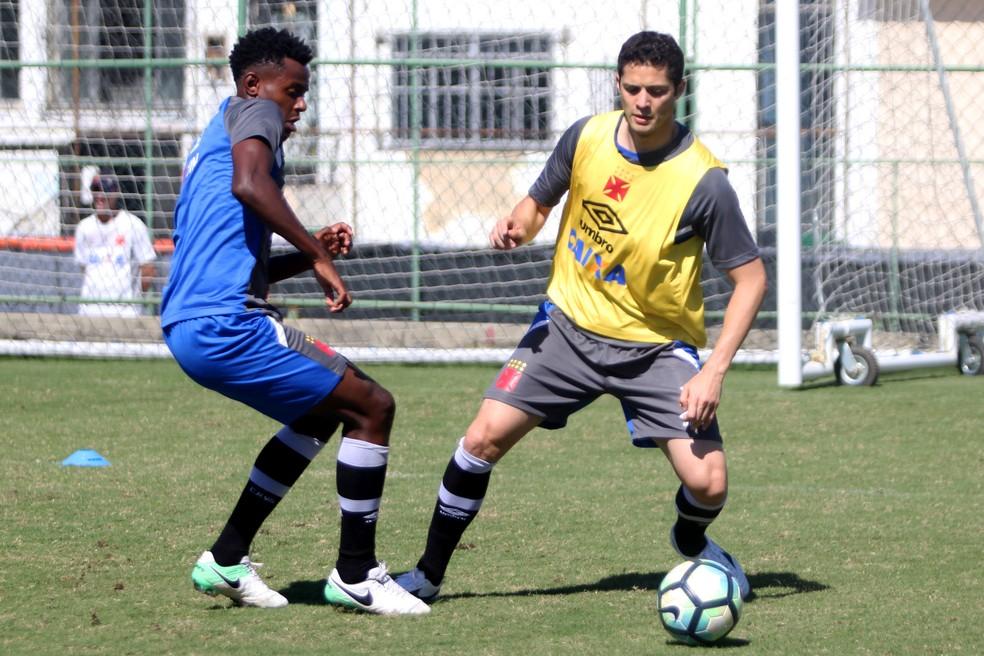Anderson Martins trabalha com bola no campo anexo (Foto: Paulo Fernandes / Vasco)