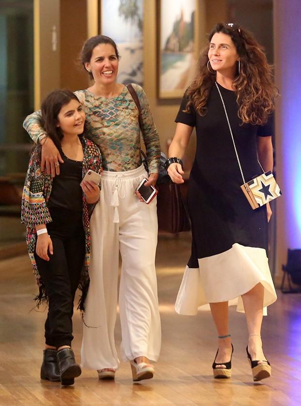 Giovanna Antonelli passeia com suas filhas gêmeas (Foto: J. Humberto/ Agnews)