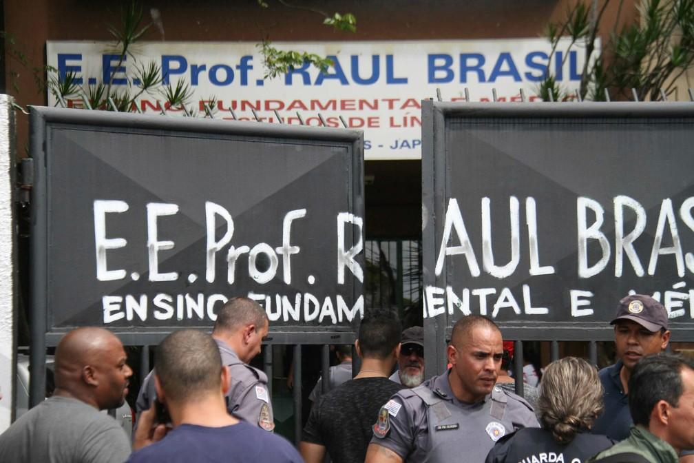 Policiais protegem a entrada da Escola Estadual Raul Brasil em Suzano, na Grande São Paulo. Dois criminosos encapuzados mataram oito pessoas no local e cometeram suicídio em seguida — Foto: Mauricio Sumiya/Futura Press via AP