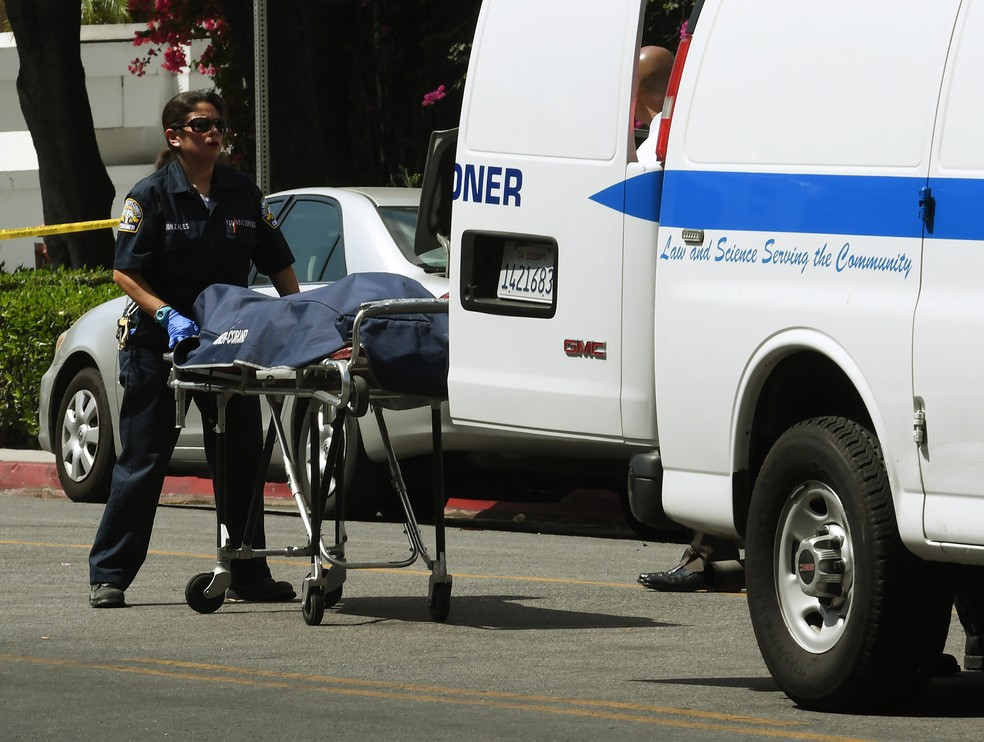 Policiais retiram corpo de homem que atirou contra prédio do consulado chinês e se matou em seguida (Foto: Mark RALSTON / AFP)