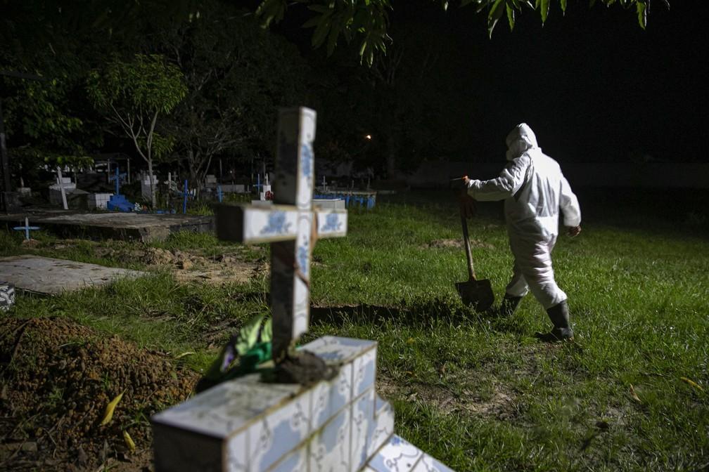 30 de maio: coveiro usa roupas de proteção contra a Covid-19 no Cemitério Municipal Recanto da Paz, em Breves, no Pará, próximo à Ilha de Marajó. — Foto: Tarso Sarraf/AFP