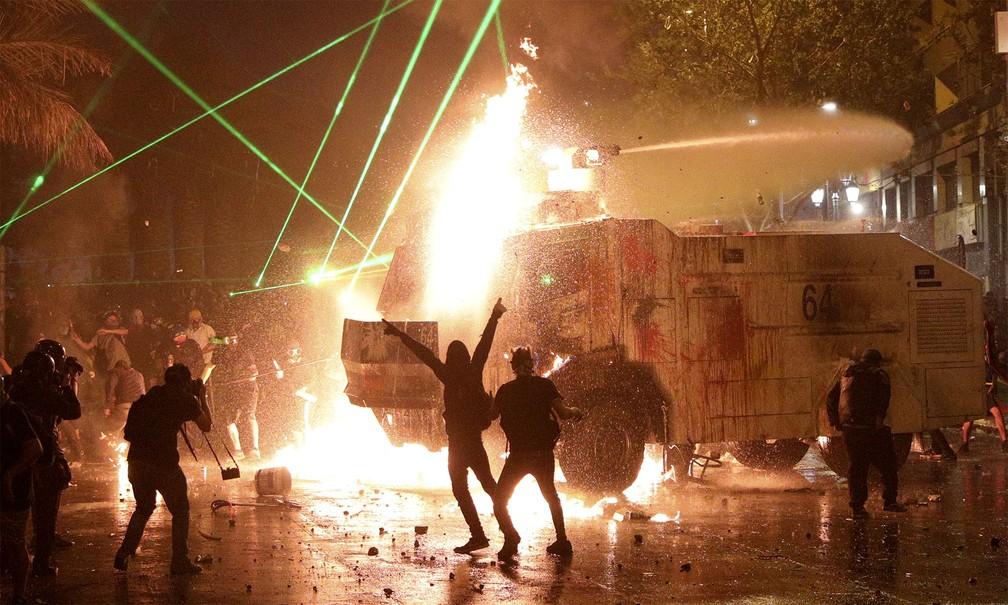 Confronto entre manifestantes e policiais durou até de noite em Santiago, no Chile — Foto: Esteban Felix/AP