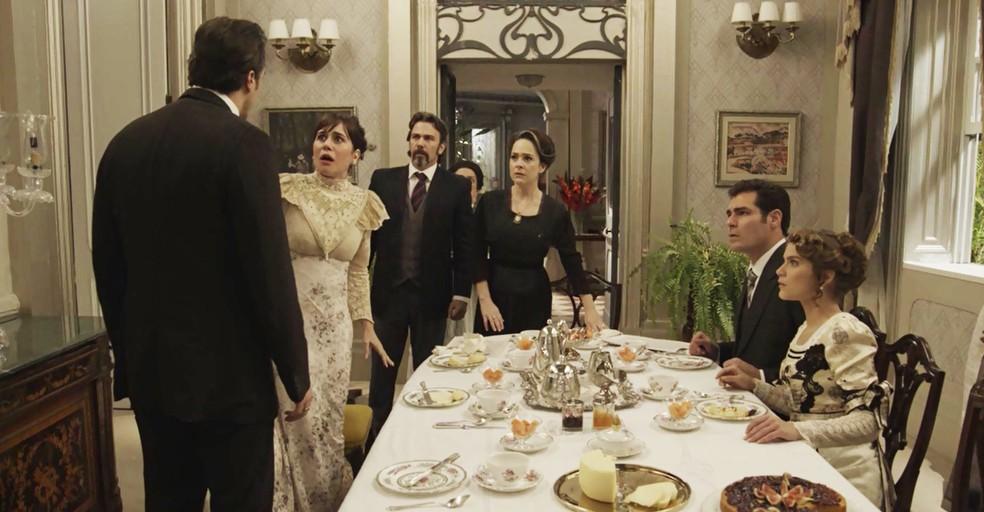 Olegário toma coragem e conta para Julieta que era marido de Susana e que ela, na verdade, se chama Genésia! (Foto: TV Globo)