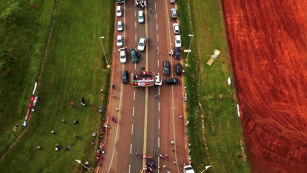 Protesto em Rosana bloqueou a Rodovia Arlindo Béttio (Foto: Adilson Paulo Hayashi)