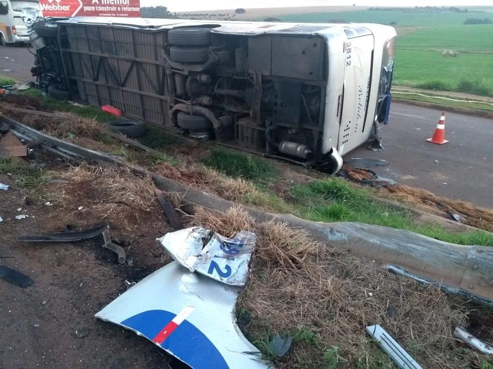 Motorista do ônibus, de 42 anos, morreu na hora (Foto: João Dutra/RPC)