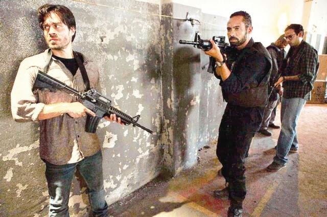 Erom Cordeiro e Silvio Guindane em 'A divisão' (Foto: Globoplay)