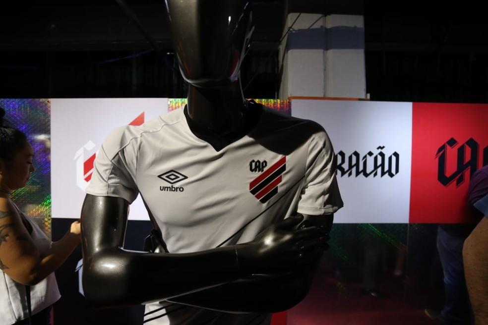 Uniforme dois repete a formação com a listas de lado e predominância do branco — Foto: Albari Rosa/Gazeta do Povo