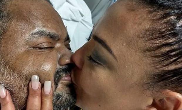 Arlindo Cruz recebendo beijo da mulher, Babi Cruz (Foto: Reprodução/Instagram)