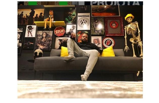 A sala do cantor tem objetos da cultura pop e referências ao rap (Foto: Reprodução/Instagram)