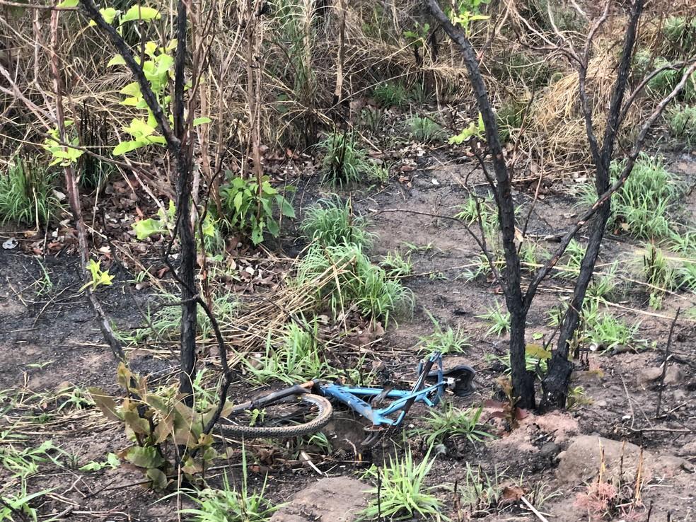 Bicicletas ficaram destruídas após o acidente — Foto: Wilton Dias/TV Anhanguera