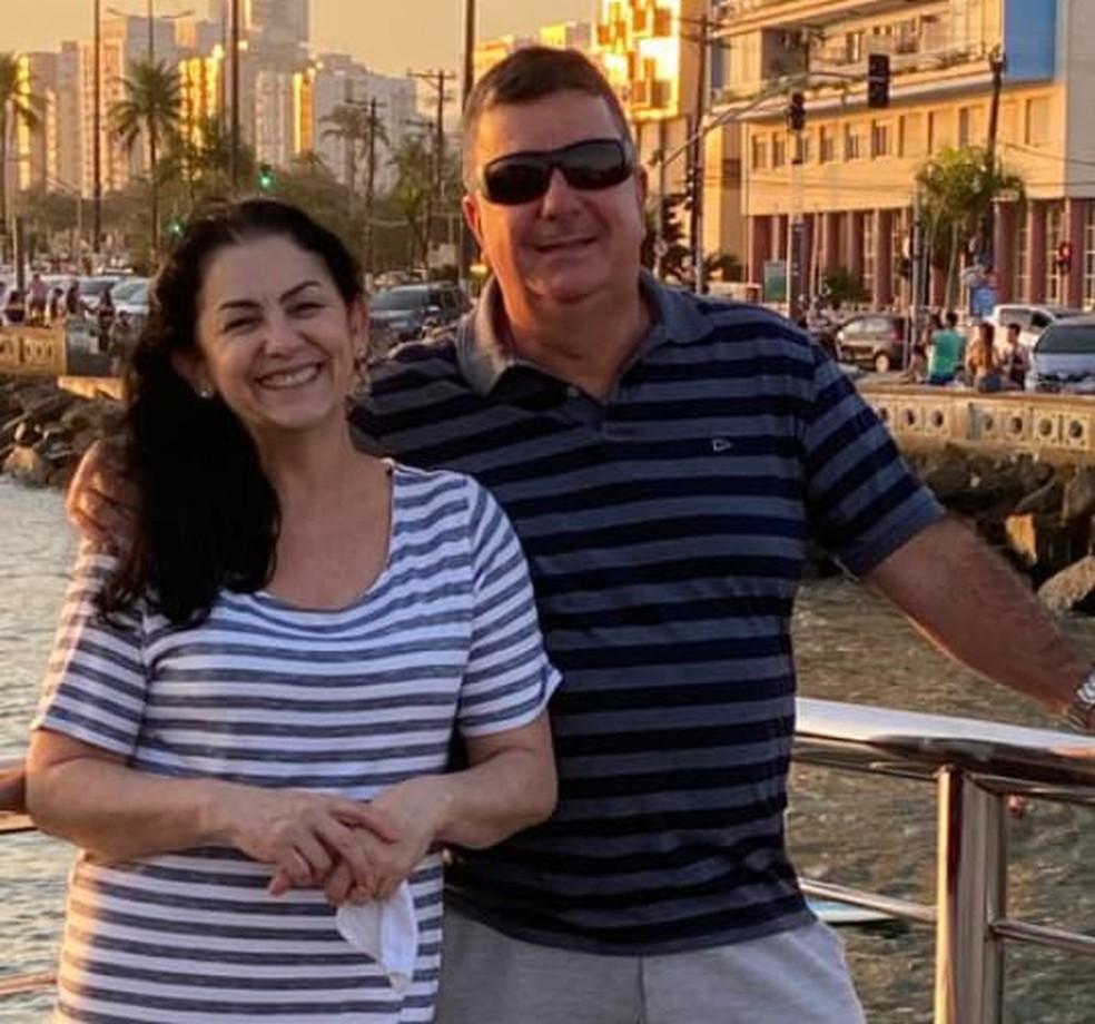 Fabio ao lado da esposa, que o incentivou a falar sobre o caso — Foto: Arquivo Pessoal