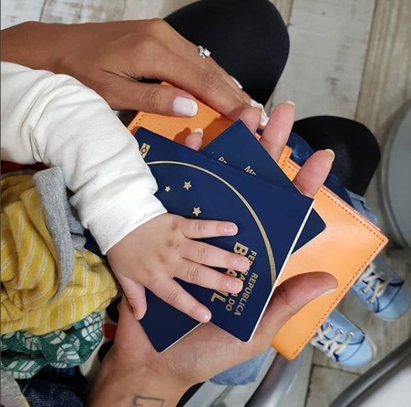Sheron com Benjamin nos braços e passaportes em mãos (Foto: Reprodução Instagram)