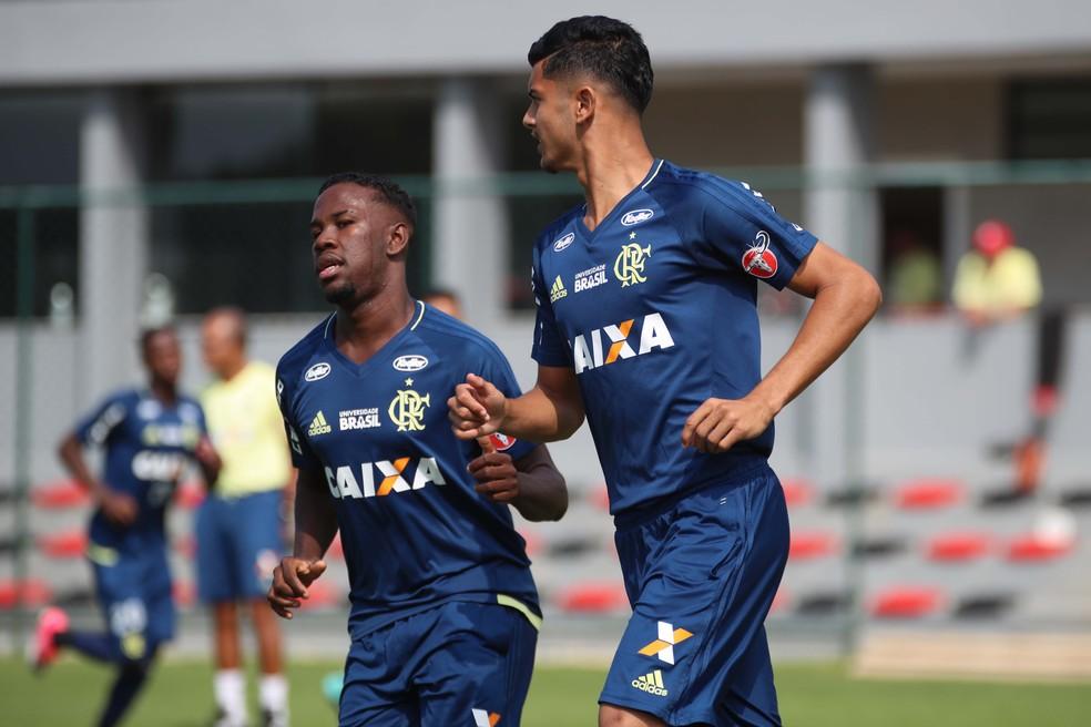 Klebinho e Pablo Maldini, do sub-20 e sub-17, respectivamente, treinaram com os profissionais (Foto: Gilvan de Souza/Flamengo)