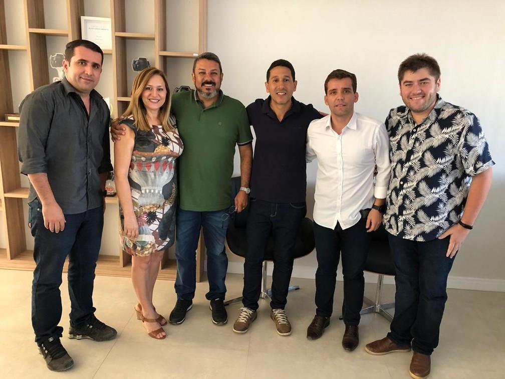 Agility Telecom assina contrato com Reciclanet. Da esquerda para direita: João Paulo, Leni, Márcio, Izidro, Jordão e Noezio — Foto: Acervo