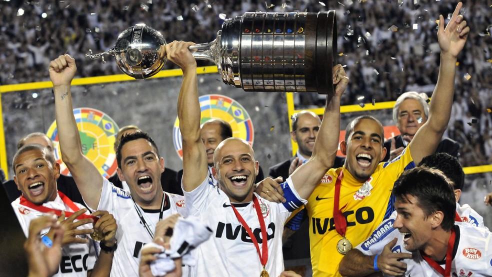Alessandro, capitão do Corinthians, levanta a Copa Libertadores em 2012 — Foto: Leonardo Miranda