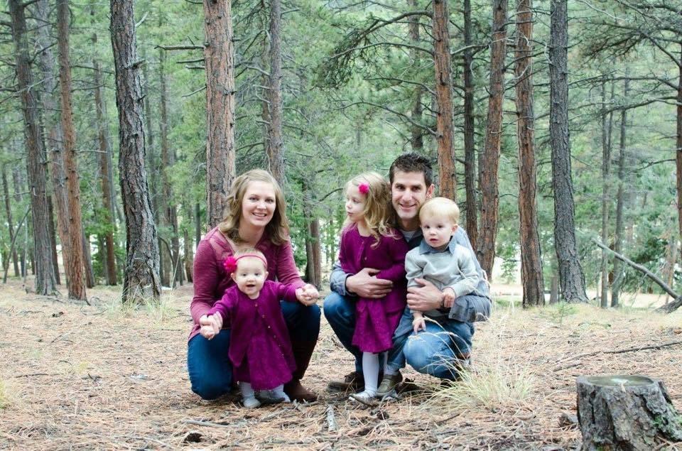 A família com crianças pequenas quase precisou lidar com uma tragédia (Foto: Reprodução/ Facebook)