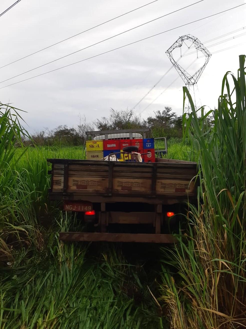 Motorista do caminhão envolvido na tentativa de assalto foi atingido na cabeça por dois disparos de arma de fogo — Foto: Divulgação/Polícia Rodoviária Federal