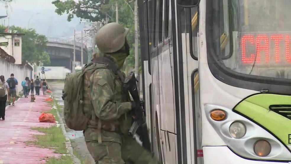 Militar revista ônibus na Zona Norte do Rio de janeiro (Foto: Reprodução/ TV Globo)