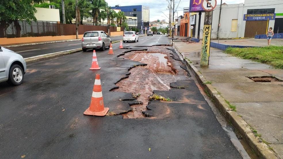 Chuva danifica asfalto em avenida Nações Unidas em Bauru — Foto: Divulgação