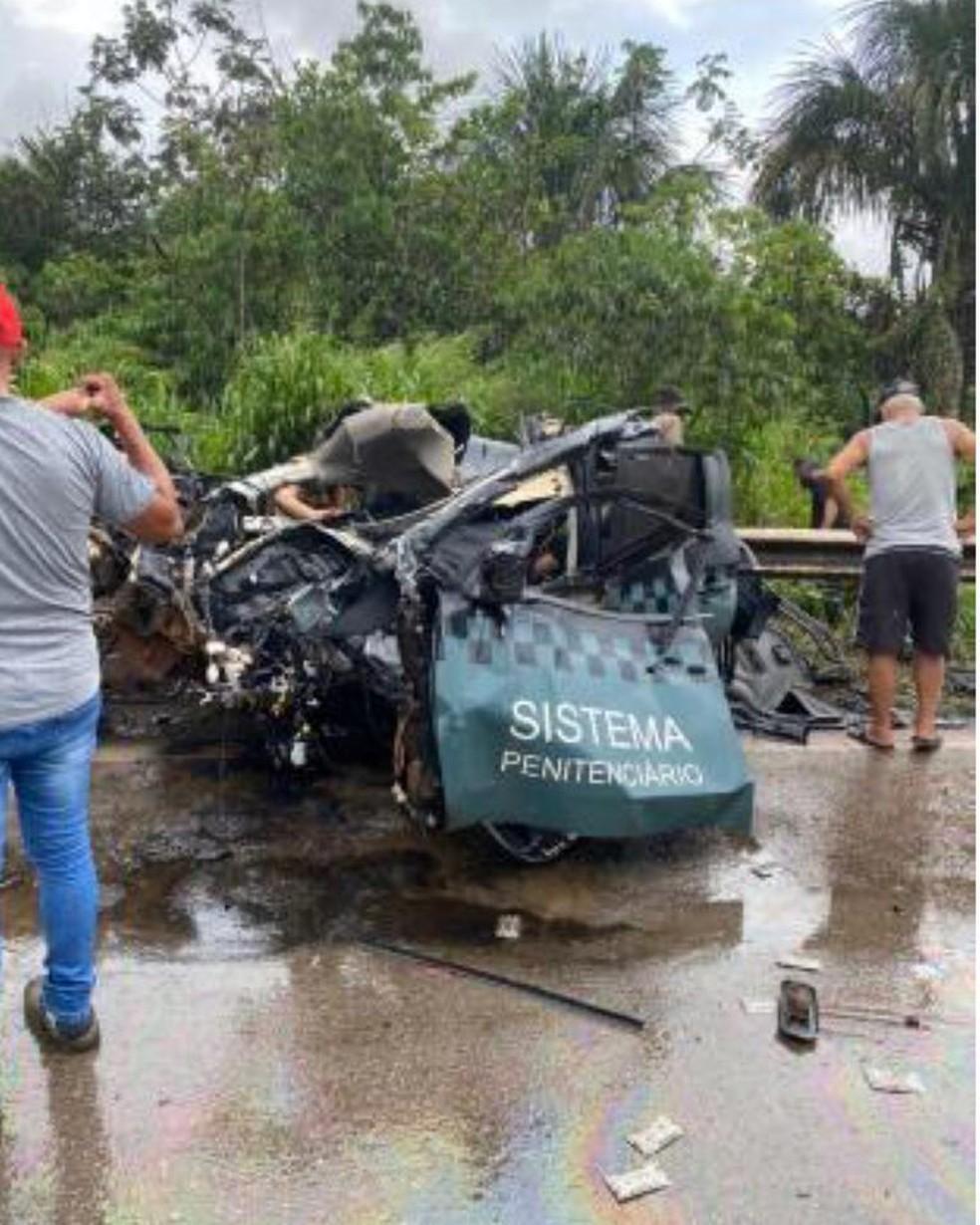 Carro oficial ficou destruído em acidente na BR-163 — Foto: Divulgação