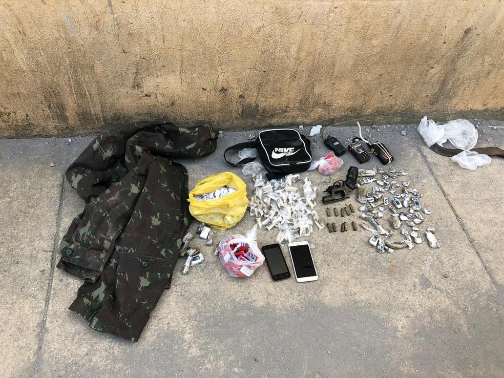 Suspeitos de tráfico são presos com drogas e arma no bairro Santa Cruz, em Volta Redonda ? Foto: Polícia Militar/Divulgação