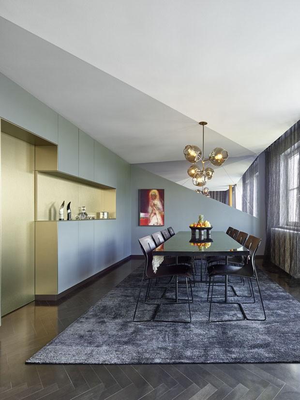 Décor do dia: Sala de jantar sofisticada preta com dourado (Foto: Zooey Braun)