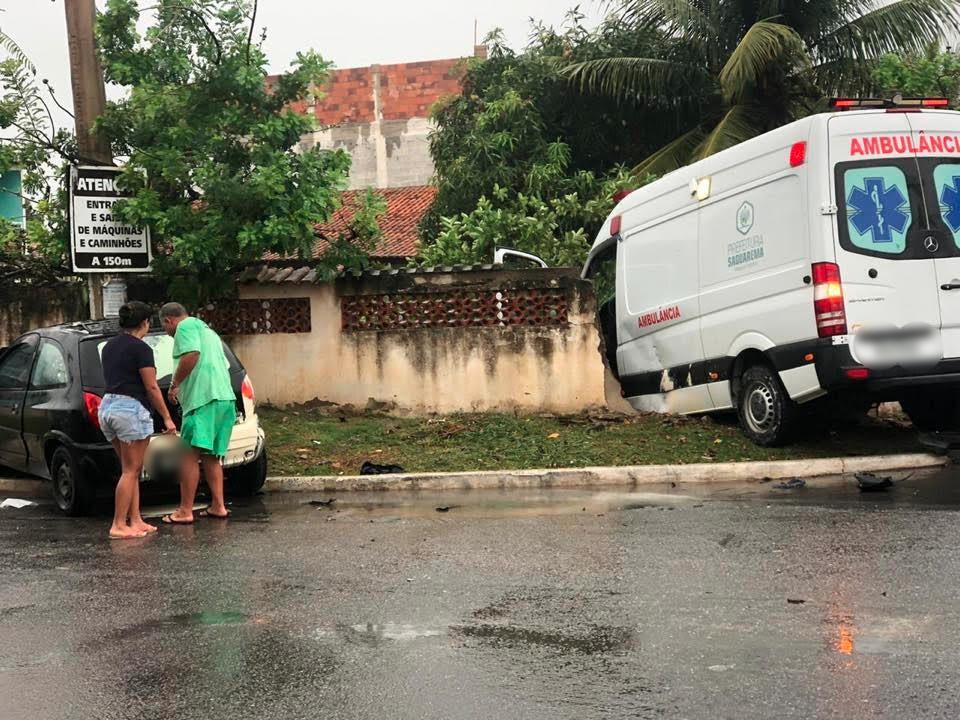 Acidente entre carro e ambulância deixa duas pessoas feridas em Saquarema, no RJ  - Notícias - Plantão Diário