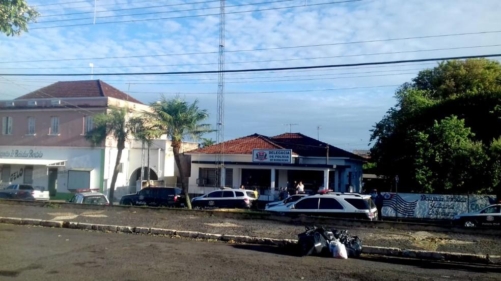 Delegacia de Borborema teve uma manhã movimentada nesta sexta-feira: seis suspeitos detidos — Foto: José Commandini Neto/Divulgação
