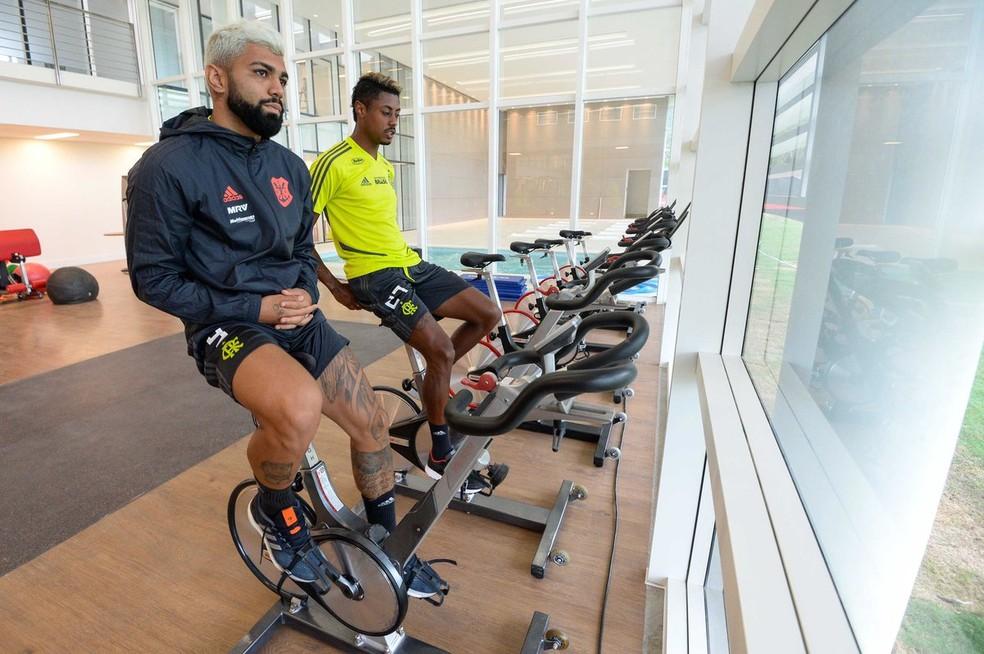 Gabigol e Bruno Henrique em atividade física no Ninho. Dupla treinou como titular — Foto: Alexandre Vidal / Flamengo