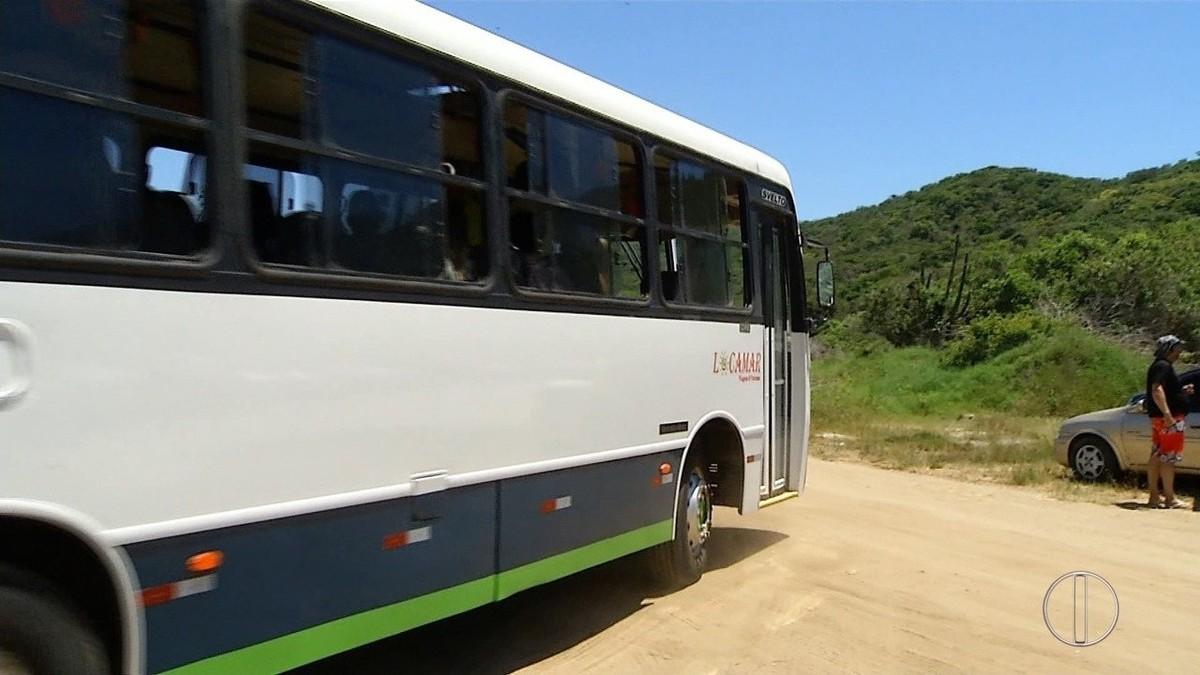 Banhistas têm transporte gratuito de estacionamento até a Praia das Conchas, em Cabo Frio, no RJ