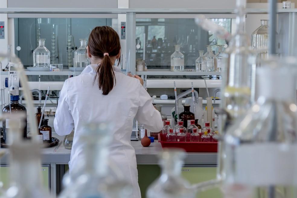 Mulher trabalha com pesquisa científica em laboratório — Foto: Pixabay