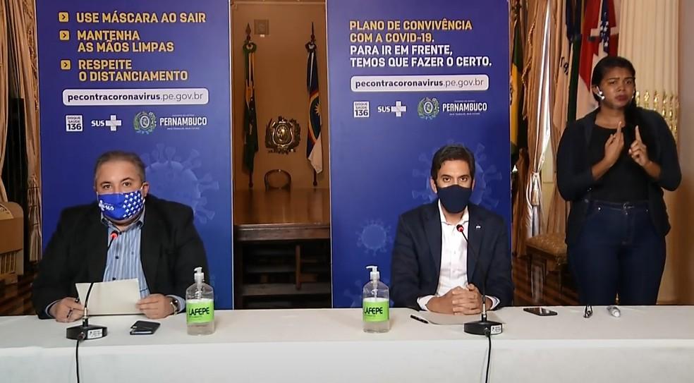 Secretários de Saúde e Desenvolvimento Econômico, André Longo e Bruno Schwambach  — Foto: Reprodução/YouTube