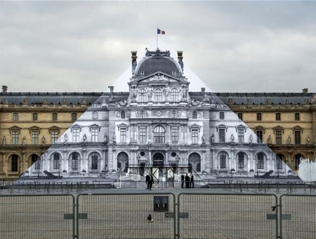 A obra de JR na pirâmide do Louvre (Foto: Reprodução/jr-art.net)