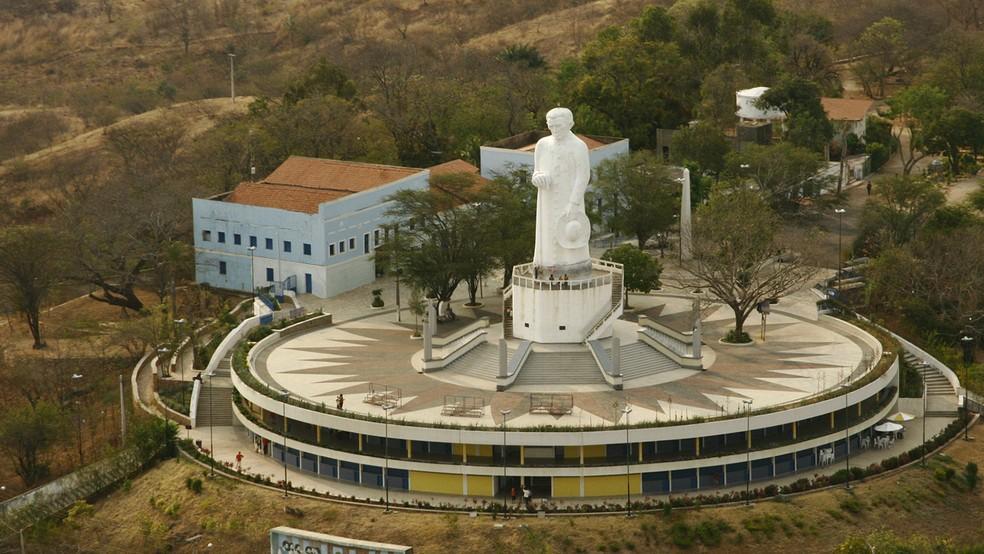 Estátua de Padre Cícero em Juazeiro no Norte, principal cidade da região do Cariri; cidade teve aumento de casos de Covid na última semana — Foto: Nívia Uchôa
