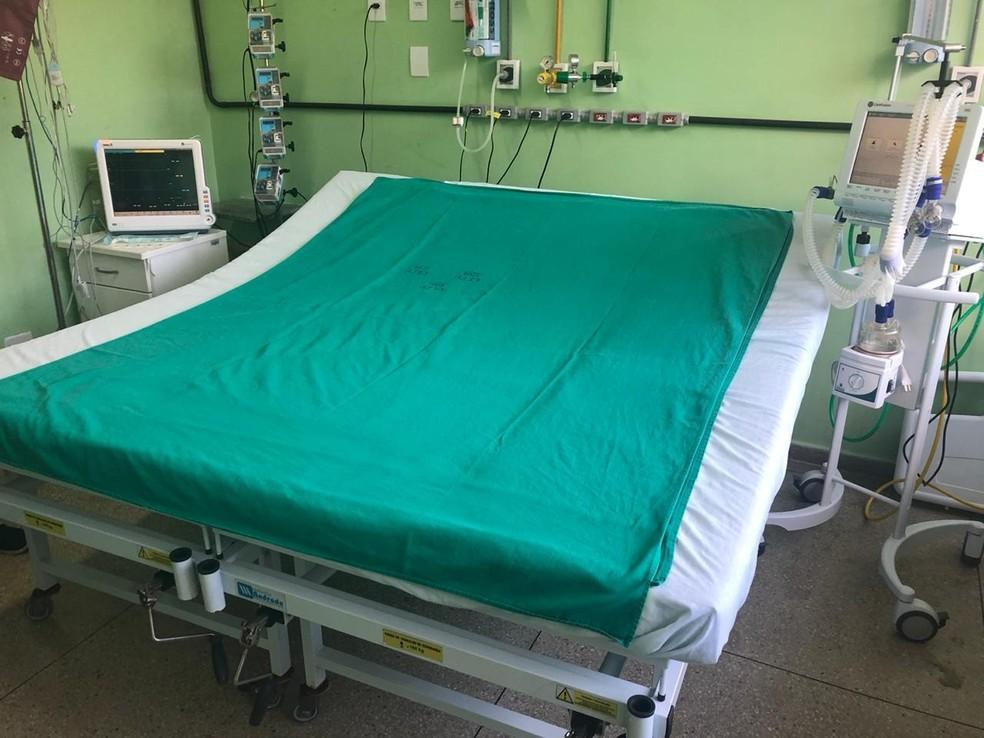 Hospital adaptou cama para receber homem — Foto: Cedida