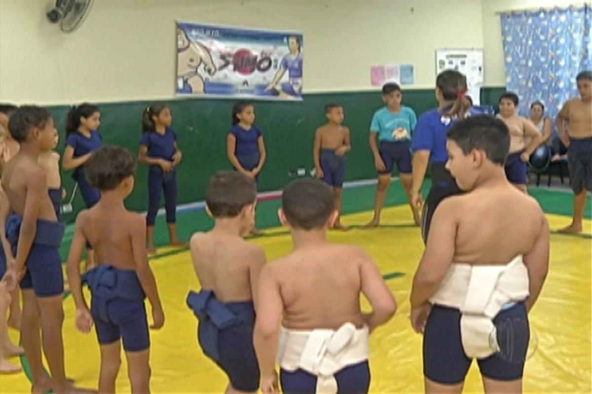 Professora ensina sumô para alunos de Suzano