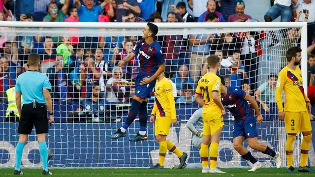 Radoja comemora gol do Levante sobre o Barcelona