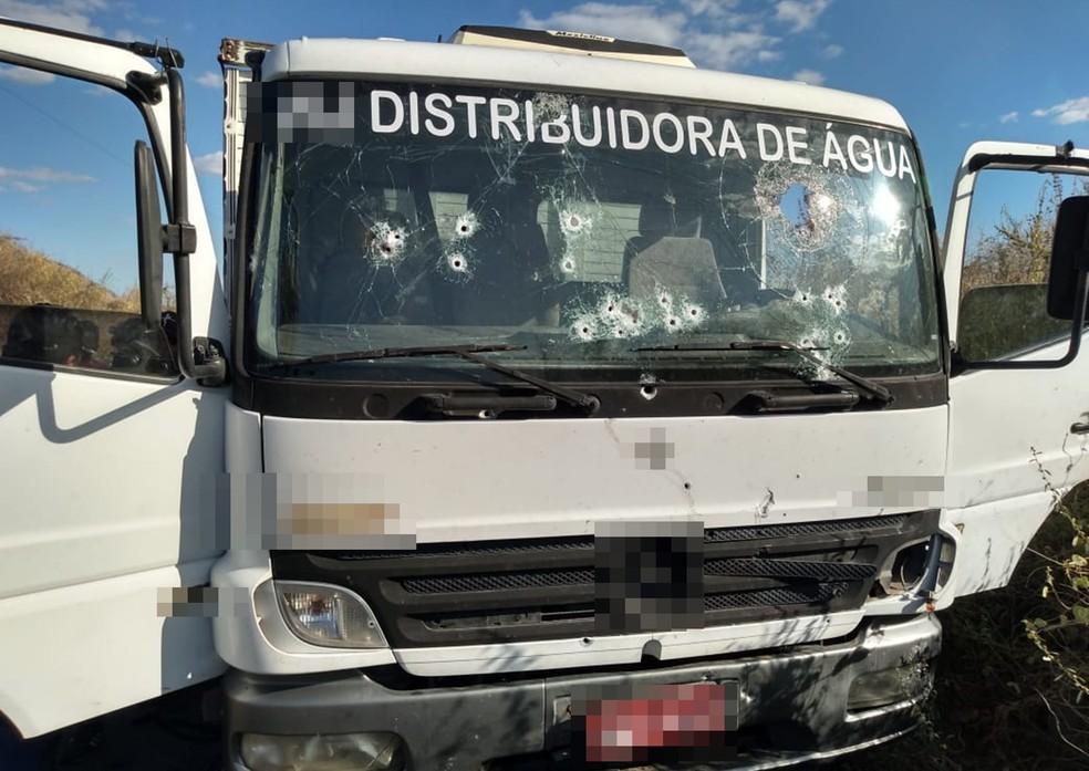 Caminhoneiro foi sequestrado e veículo usado na ação contra carro-forte, no Sertão da Paraíba — Foto: Beto Silva/TV Paraíba