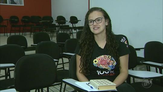 'Acho até que estudei pouco', diz jovem de 20 anos aprovada em medicina na USP