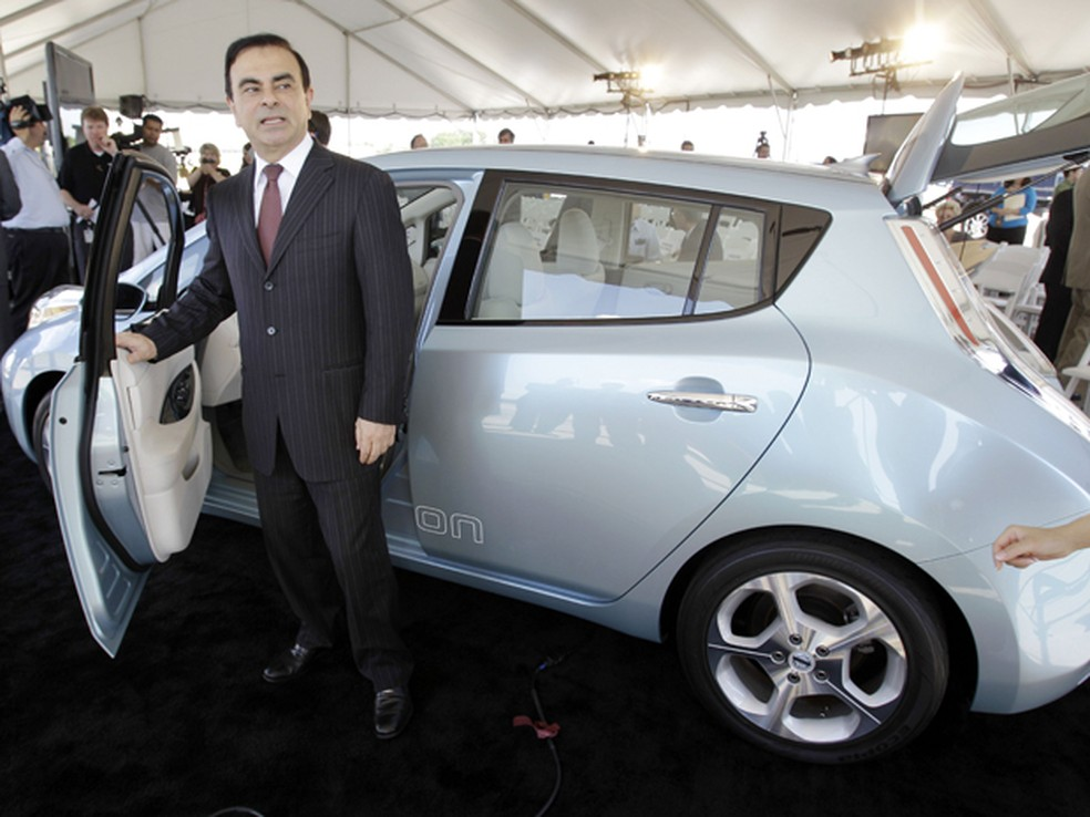 Carlos Ghosn, CEO do grupo renault-Nissan, posa ao lado do Leaf — Foto: AP