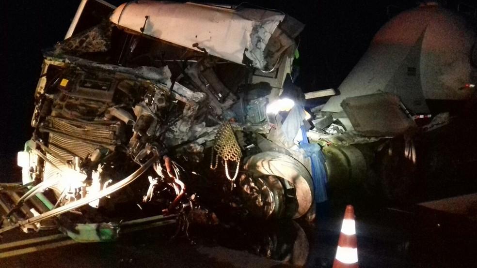 Cabine do caminhão ficou totalmente destruída após o acidente  (Foto: Divulgação/PRF)