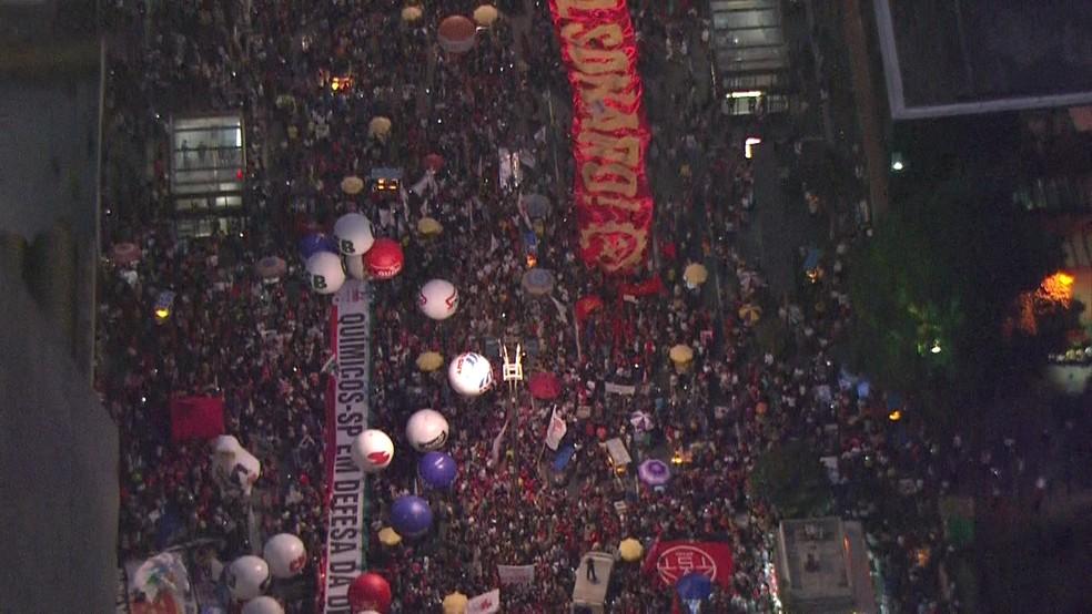 SÃO PAULO, 17h45: Manifestantes erguem faixas contra o governo de Jair Bolsonaro em ato realizado na Avenida Paulista nesta sexta (14) — Foto: SP2/TV Globo