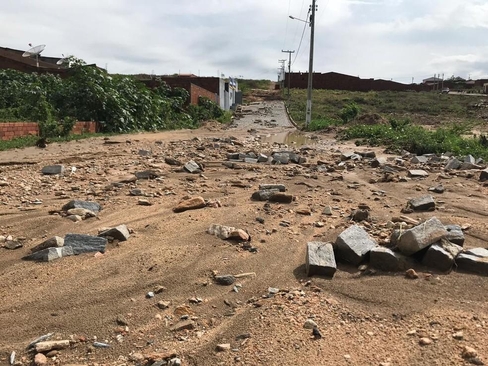 As ruas de Farias Brito ficaram sem o calçamento e com diversos poços de lama — Foto: Edson Freitas
