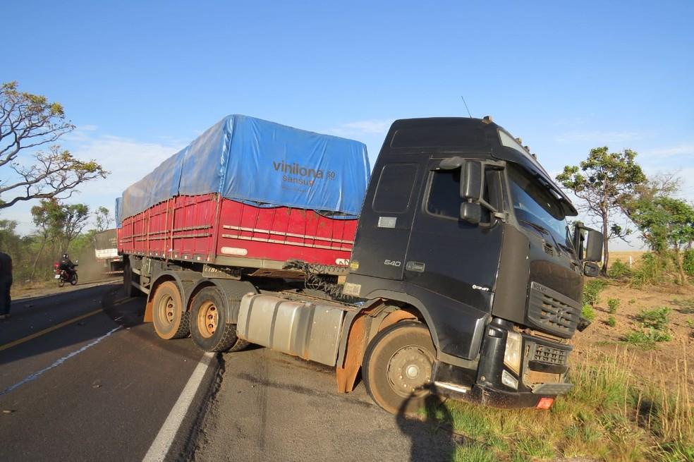 Batida entre caminhão e carro na BR-242 — Foto: Blogbraga/Edivaldo Braga