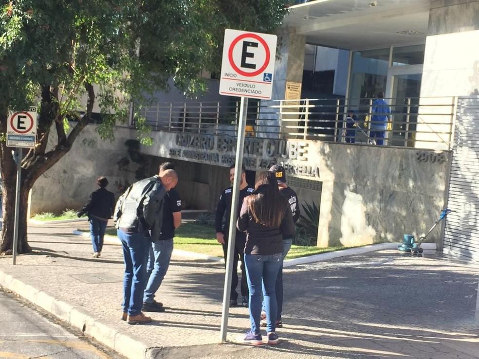 Polícia Civil cumpre mandados de busca e apreensão na sede do Cruzeiro — Foto: Vladimir Vilaça