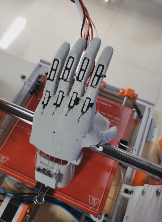 Estudantes fazem próteses de mãos 3D para distribuição gratuita no DF